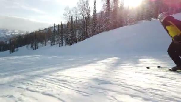 lyžař jít dolů po svahu