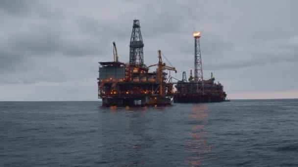 Plavidlo tankeru FPSO poblíž ropné plošiny. Odvětví ropy a zemního plynu v moři