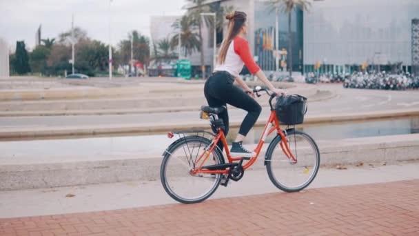 fiatal nő vagy lány lovaglás kerékpár zongorázta mellett pálmafák