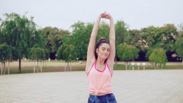 video 4K del corridore della donna riscaldamento prima formazione sportiva adatta