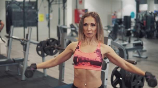 Mladé, fit žena dělá cvičení cvičení v tělocvičně