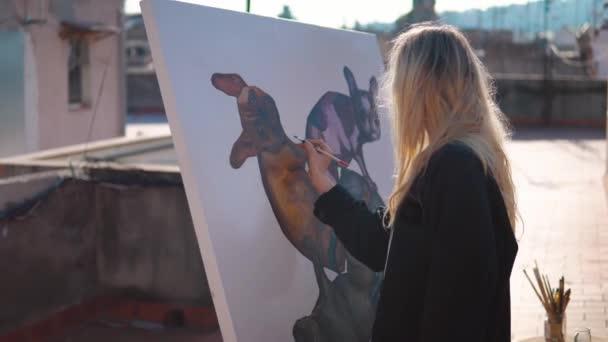 Fiatal nő festék művész rajz otthon tető
