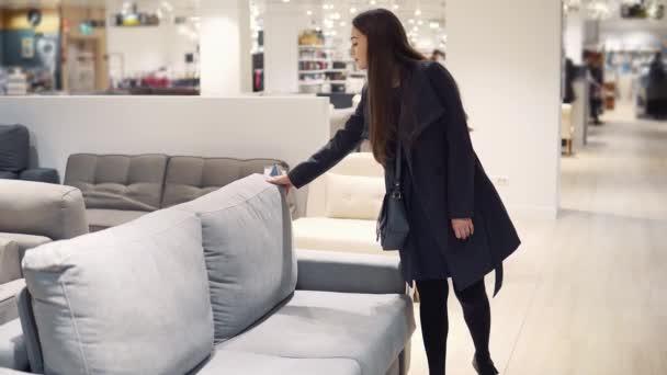 Žena zákazníků kupovat nový nábytek - pohovky nebo gauče v úložišti