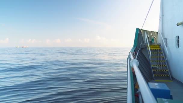 Kilátás a rakomány hajó fedélzet nyílt tengeren. hajó hajózni