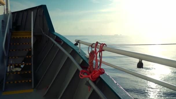 Pohled z paluby nákladní lodi na otevřené moře. loď pluje