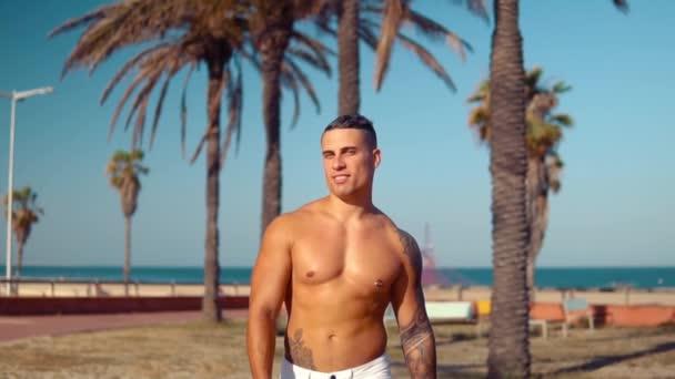 Tetovált testépítő szexi férfi Edző a strandon.