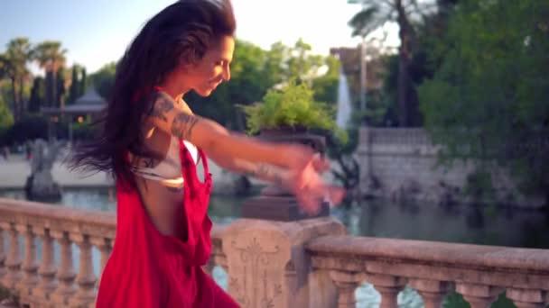 Potetovaný transsexuální model je tanec v zeleném parku