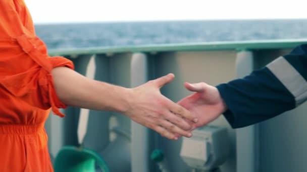 lodní dodavatel podnikatel potřesení rukou s pracovníkem na lodi.