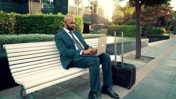Indischer Geschäftsmann mit Laptop-Notizbuch im blauen Anzug in der Nähe des Büros