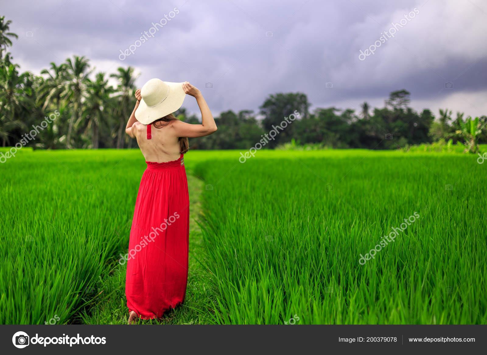 Hermosa Mujer Joven En Vestido Rojo Toque De Sombrero De