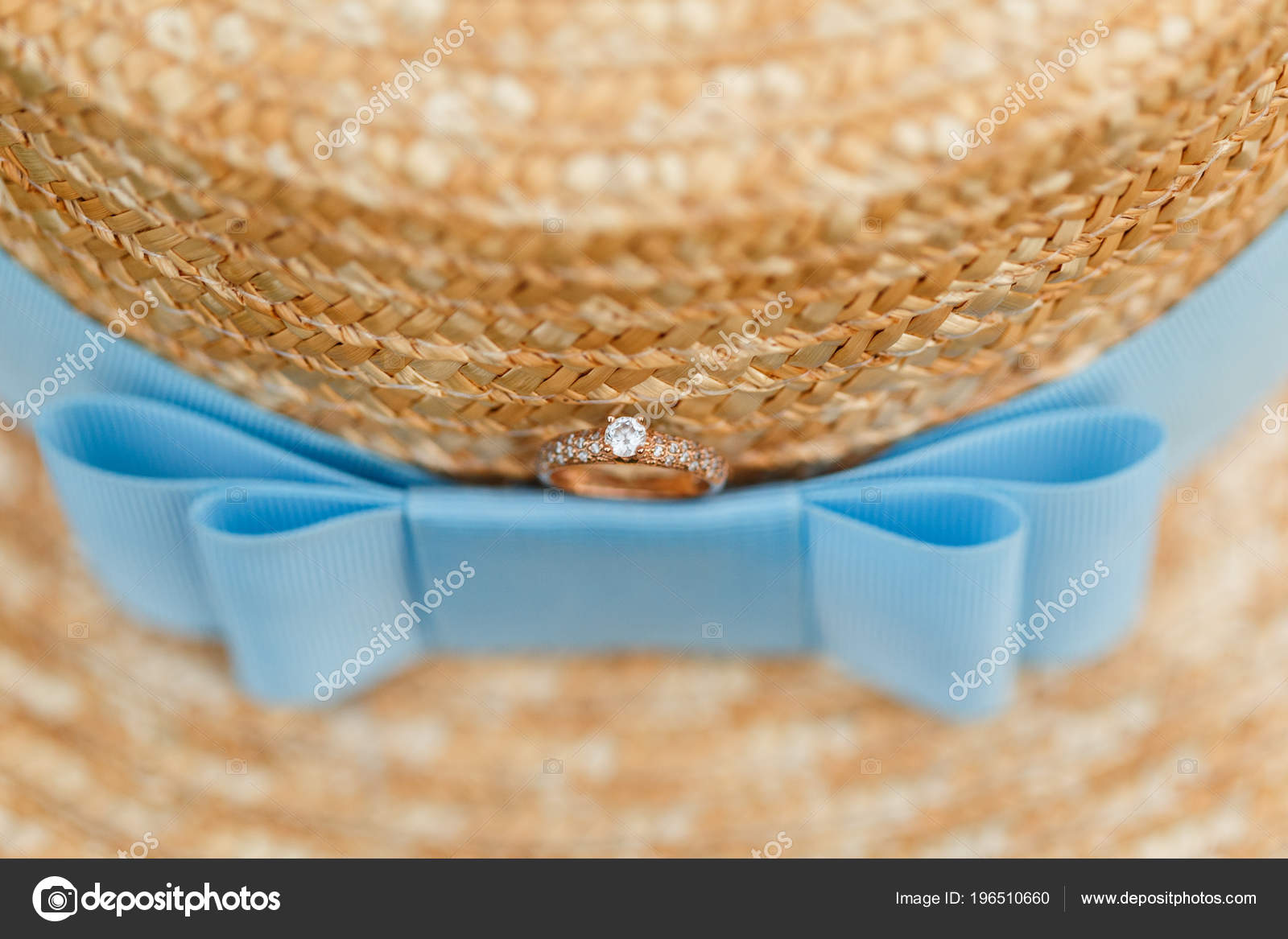 Anillo de compromiso oro con diamantes de mentira en el sombrero de paja  Franco con cinta azul. Oferta anillo de bodas — Foto de  y.parfyonova.yandex.ua c96bdadc57b9