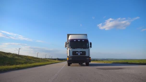 Čelní pohled Truck jízdy na dálnici. Nákladní automobil projíždí krajinou s krásnou krajinou v pozadí. Zpomalené Detailní záběr