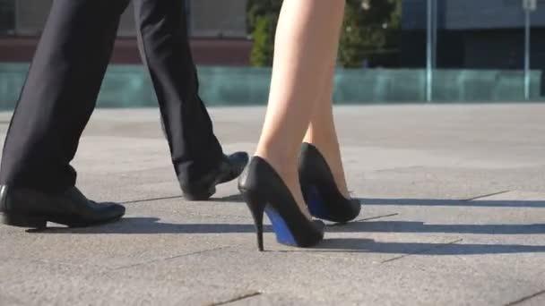 Talons Dans Pieds D'homme Pour EnsembleJambes Chaussures RueHomme Et Femme En À Marcher Navette L'emploi Font De D'affaires La Travailler LSMGqzpUV