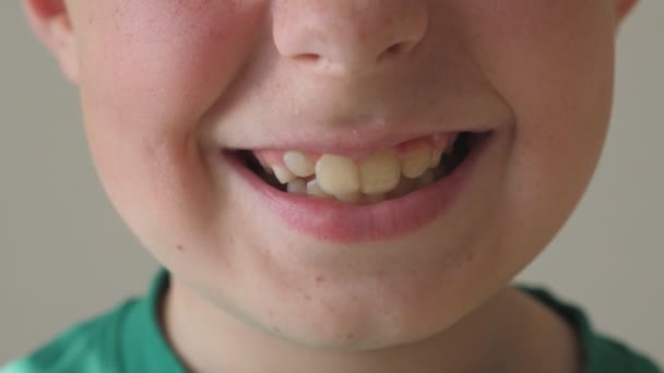 Detailní záběr mladého kluka s úsměvem. Portrét pohledný chlapec rád výrazem na tváři. Detailní pohled na obličeji šťastné dítě. Zpomalený pohyb