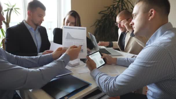 Mladý podnikatel se dívá na obrazovku počítače překvapeně a hází peníze. Podnikatelé slaví úspěch tleskat rukama a těší deště peněz. Kolegové, radují úspěch. Zpomalený pohyb