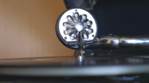 Részlet kilátás-ra karcolótű-val tű csúszott sima-ra fekete Vinyl feljegyzés fonó-on évjárat lemezjátszó. A játék gramofon bezárása. Retro koncepció. Lassított mozgás