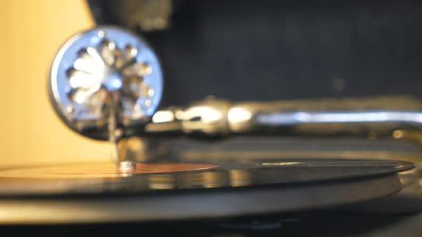 Részlet kilátás fekete vinil rekord spinning a régi lemezjátszó. Stylus tűvel csúszó simán mentén Vintage lemez a háttérben. A játék gramofon bezárása. Retro koncepció. Lassított mozgás