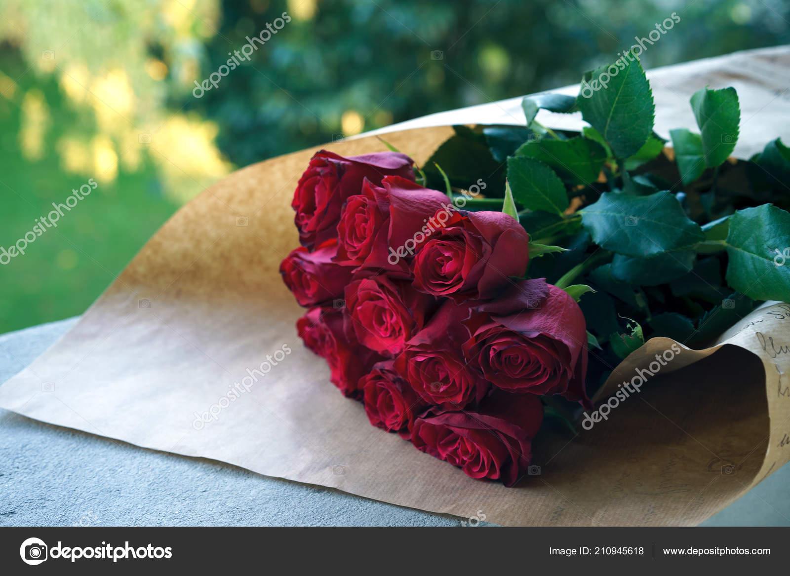 Mazzo Di Rose Rosse In Involucro Di Colore Naturale Di Charme Si