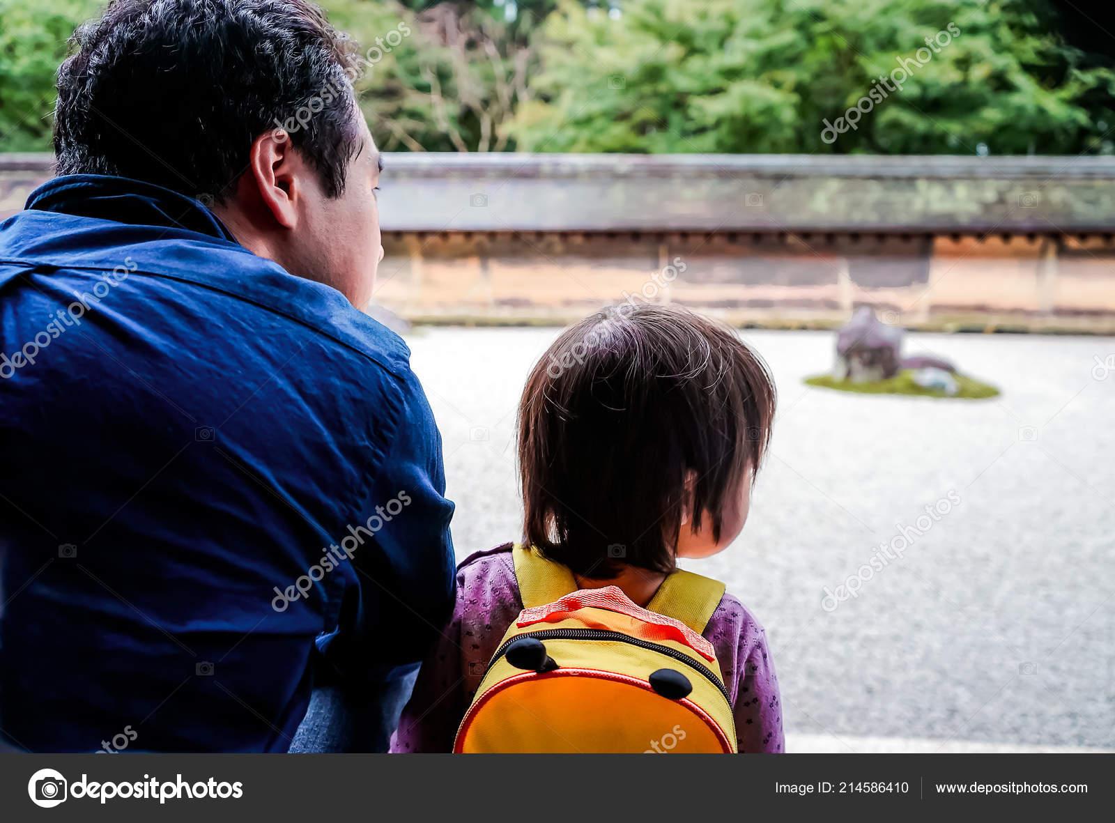 Японские шоу отец и дочь онлайн, Японское порно шоу отец должен отгадать дочь 24 фотография
