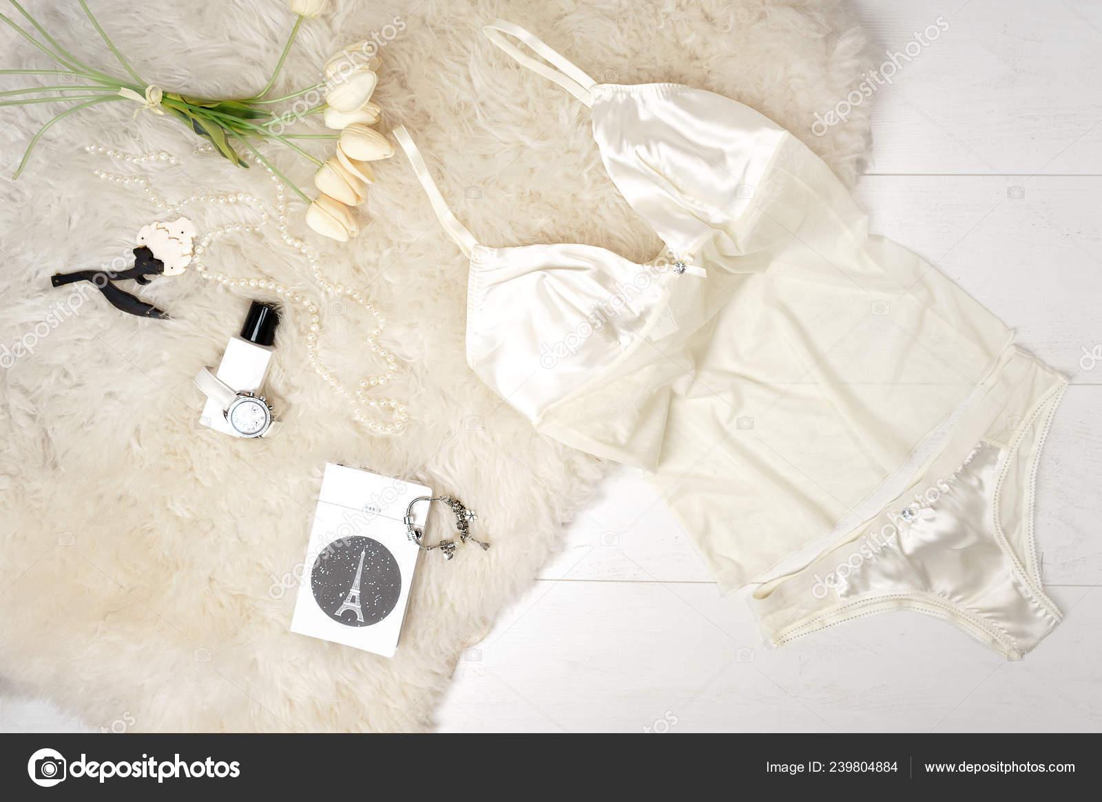 def9859b8 Acessórios de lingerie de bege pastel elegante sexy plana leigos e tulipas  brancas sobre um fundo branco. Dia dos namorados dia 8 de março festa roupa  o ...
