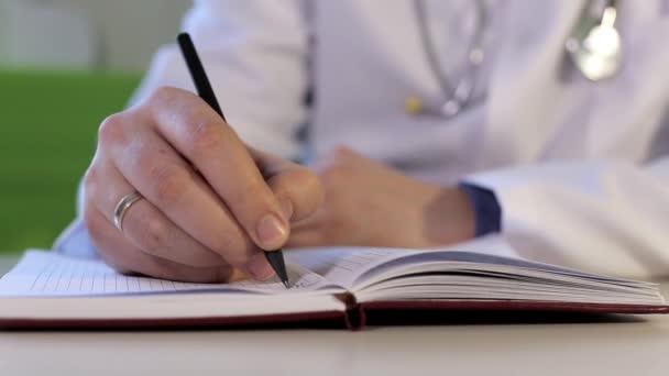 Arzt macht sich Notizen