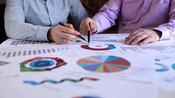 Týmová práce nad statistiky s grafy. Obchodní jednání