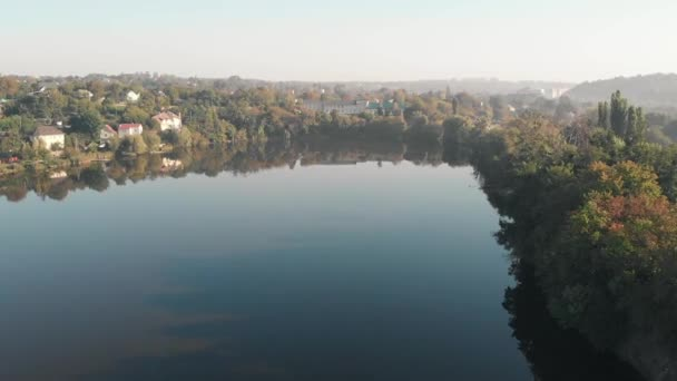 Flug aus der Luft über den See