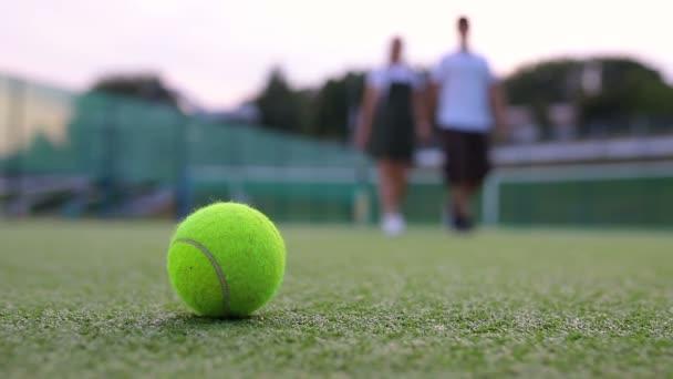 Detailní záběr tenisového míčku na hřišti