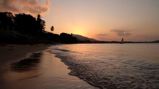Vörös naplemente a tenger felett. A nap megérinti a horizontot. Vörös ég, rózsaszín nap és csodálatos tenger. Nyári naplemente. Tropical Ocean Beach naplemente. Fantasztikus természetes napsütés.