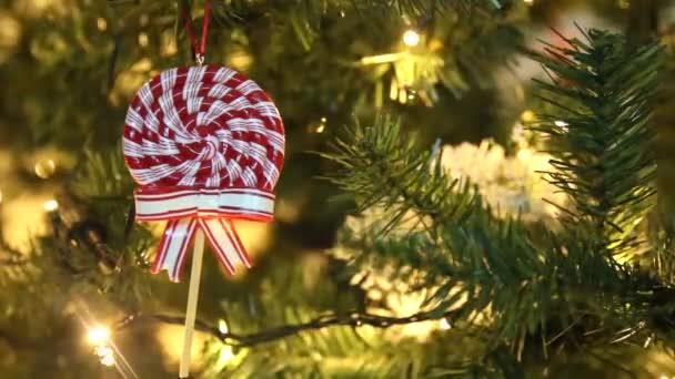ozdobný vánoční stromek s ornamenty, lízáky a blikajícími světly-sváteční dekorace