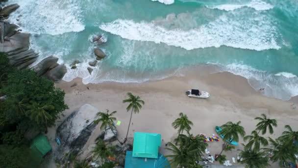 Krása přírody krajina s pláží, moře a džungle na Thajsko. Hukot video. 4k.