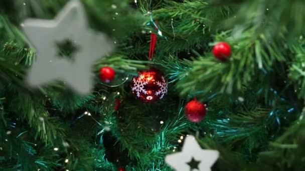 Vánoční stromeček dekorace s padajícím sněhem, hladký pohyb kamera s paralaxy efekt
