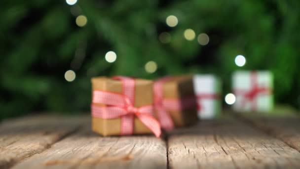 Rozostřené vánoční dárky na staré dřevěné podlaze, světla boke pozadí