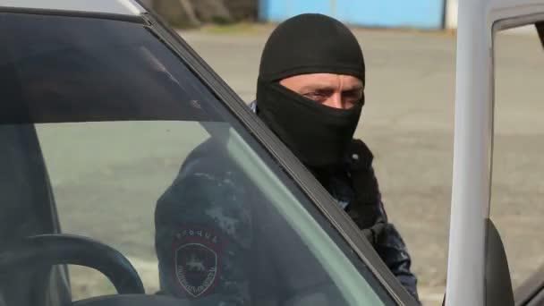 Spezialeinheiten der Polizei umstellen ein Gebäude mit Terroristen. Mit dem Auto bewaffnete Spezialpolizisten im Radio.