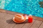 Meloun vodní čerstvé ovocné smoothie nápoj s sluneční brýle a slamák na bazén hranice - dovolená concept