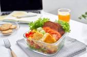 Fotografie domácí oběd box na moderní stylový pracovišti, pohled shora
