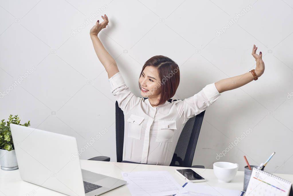 Девушка расслабляется после работы высокооплачиваемая работа в гродно девушками