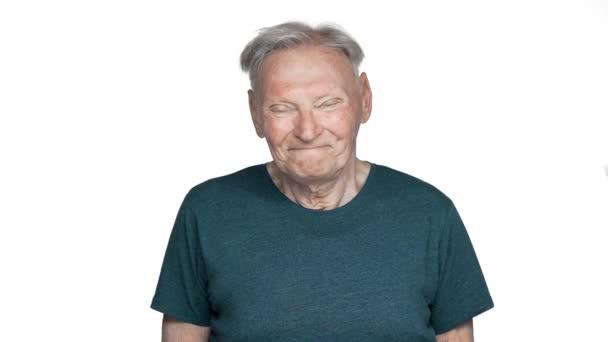 Eleven éves öregember 80-as években, amelyek szürke haj viselet látszó-on fényképezőgép-a boldog mosoly, és bólintott a jóváhagyást lassú mozgás, elszigetelt, fehér háttérhez képest portréja