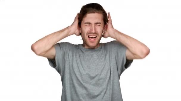 Portré magas kaukázusi srác fülek és a zavaró zaj vagy a hangos zene, elszigetelt, fehér háttérhez képest ordító. Az érzelmek fogalma