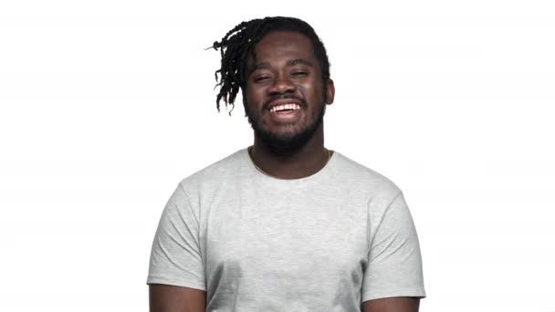 Portrét pohledný afroamerické muže v ležérní tričko směje a vyjádření radosti, izolované na bílém pozadí. Pojetí emocí