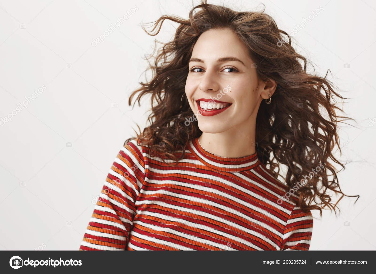 Arriba de la cintura tiro de carefree mujer moda con pelo rizado y labios  rojos 483840244e61