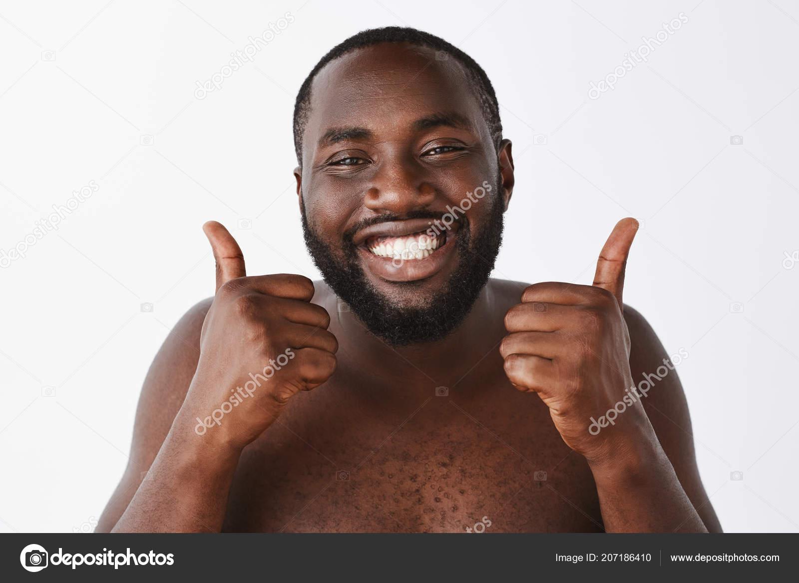 Красивая голая негритянка с короткой прической позирует улыбаясь