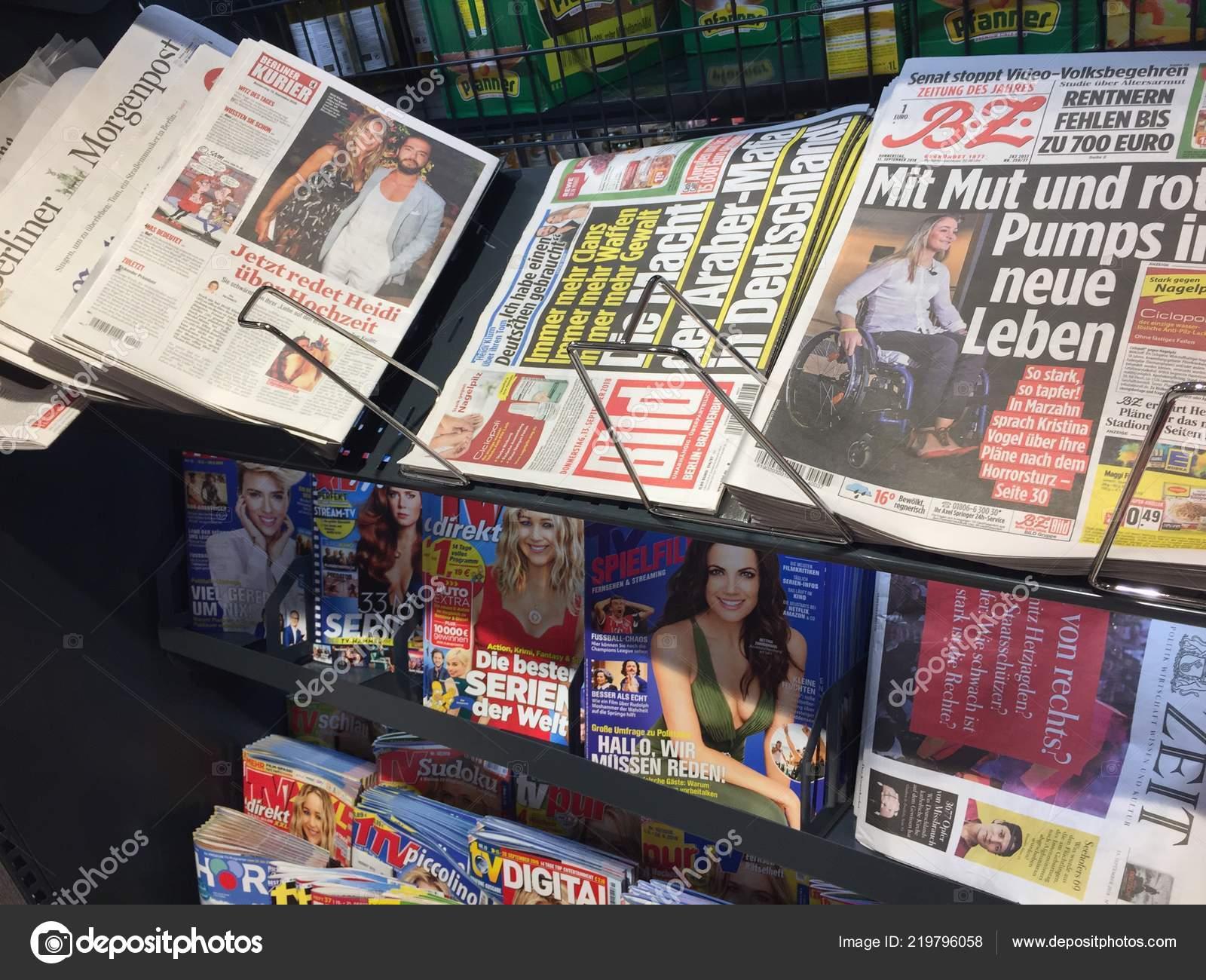 Interior Banca Jornais Capas Revistas Alemãs Exibidas Carrinho Para