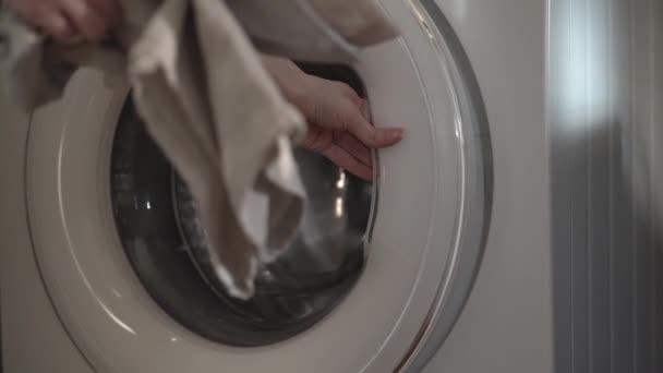 Weibliche Verladewaschmaschine mit umweltfreundlichen Taschen