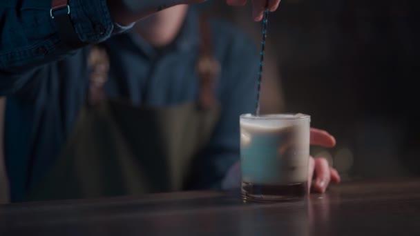 barman připravuje bílý ruský koktejl v nočním klubu