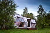 Photo Geodesic dome in the forest, white house assembled from hexagonal elements