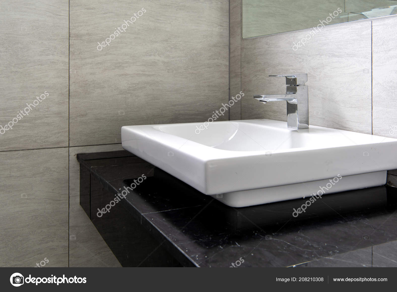 Interieur van badkamer met wastafel kraan u stockfoto