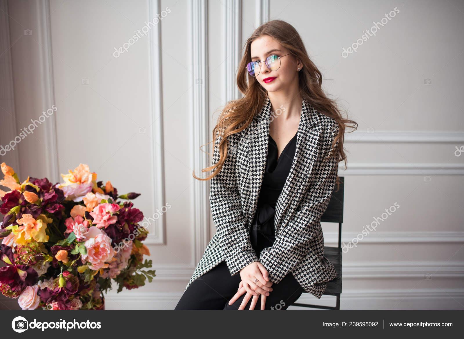 Modelo Moda Joven Hermosa Vestido Negro Blazer Elegante