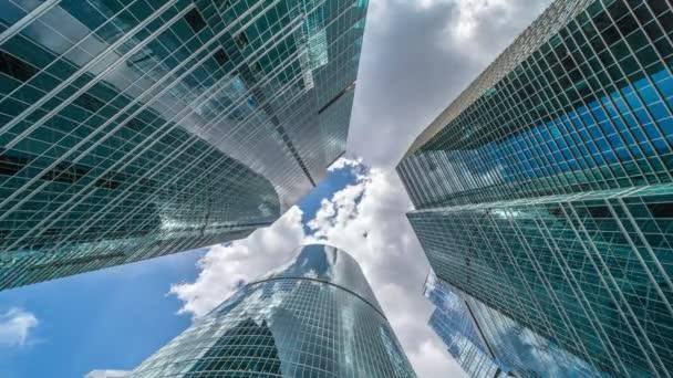 Unternehmensgebäude und Zeitraffer-Wolken
