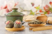 Photo Green tea, traditional Chinese porcelain tea Sasha and tea ceremony attributes on a gray table